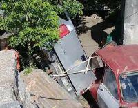 Los Hornillos: Una camioneta desbarrancó y cayó en el patio de una vivienda