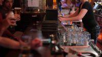 Desde el próximo lunes, bares y restaurantes podrán funcionar con un 50% de ocupación