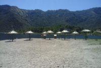 Colocaron sombrillas en la nueva playa del dique Piscu Yaco