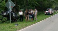 """Traslasierra: turista agarró mal una curva y el auto terminó """"enterrado"""" en un bosquecito"""