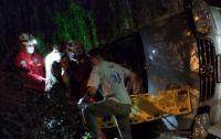 """Espectacular vuelco en Mina Clavero: pasaron de largo en la rotonda y terminaron """"subidos"""" a una pared"""