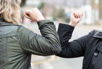 ¿Cuál es la definición de contacto estrecho y cómo debe actuar?